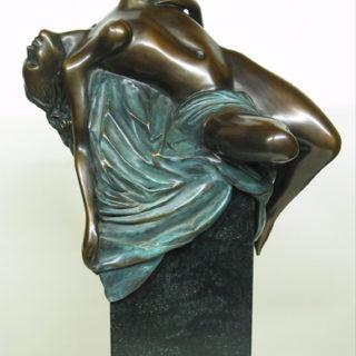 Esoterik: Skulptur Psyche liegend auf einen Stein