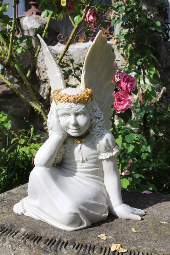 Engel in Kunstmarmor, teilvergoldet