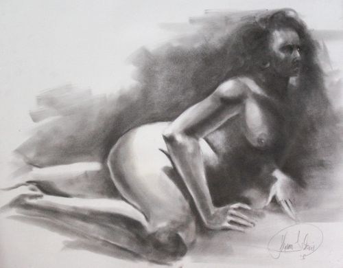 Frauenakt liegend in Kohle