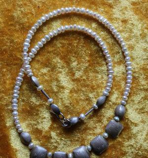 Schmuck: Perlenkette mit Silberelementen