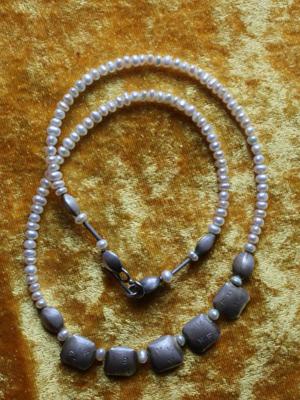 Perlenkette mit Silberelementen