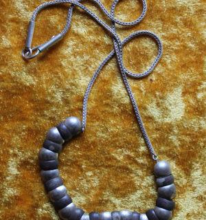 Silberkette mit beweglichen Elementen