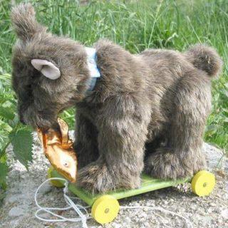 Stofftiere-plueschtiere: Bär auf Rädern