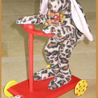 Stofftiere-plueschtiere: Hasen auf Roller