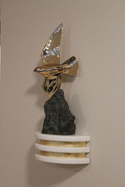Ein Falke fliegt um einen Stein