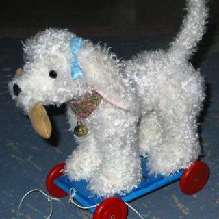 Stofftiere-plueschtiere: Hund auf Rädern