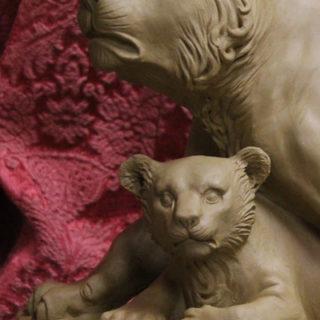 """Tierskulpturen: Skulptur """"Löwin mit Baby"""""""