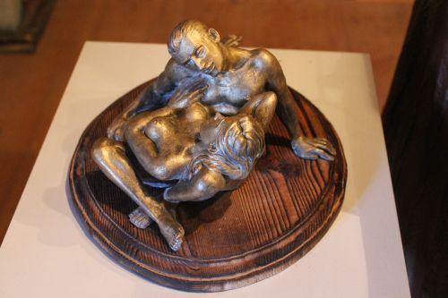 Liebespaar in Keramik auf Holzsockel