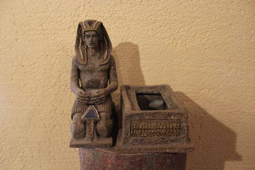 Pharao sitzend aus Pappmaché
