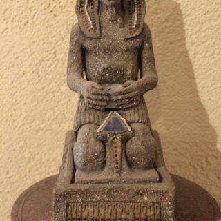 """Sonstige-skulpturen: """"Pharao, sitzend aus Pappmaché"""""""