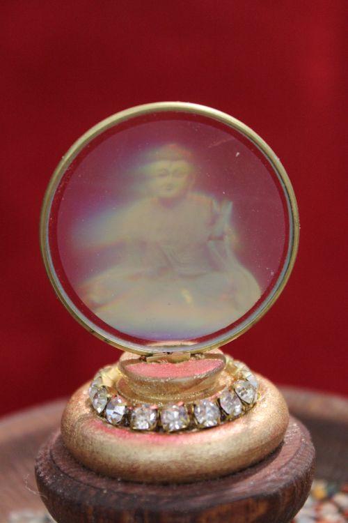 Pokal mit Glaskuppel_Buddha