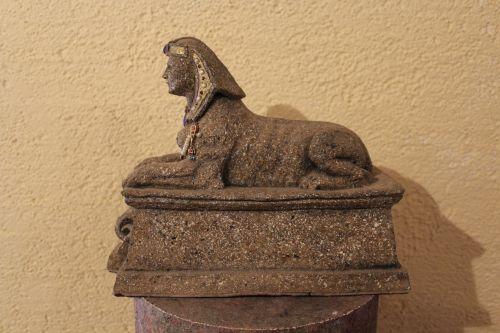 Sphinx auf Sockel aus Pappmaché
