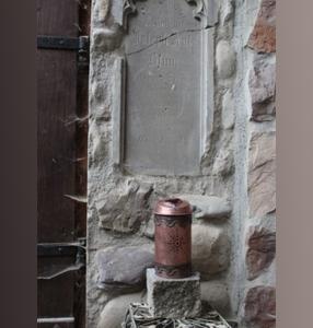 Spezielles: Grablampe aus Kupfer, Glas und Stein