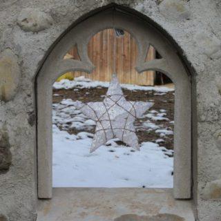 Ruinenwand mit gotischem Fenster