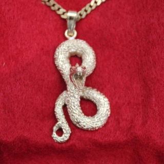 Schmuck: Kettenanhänger, goldene Schlange