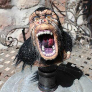 Stofftiere-plueschtiere: Ein Gorillakopf aus Filz genadelt
