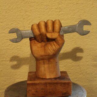 """Sonstige-skulpturen: Skulptur """"Hand mit Schraubenschlüssel"""""""